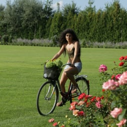 Laurita in '21Sextury' Bicycle Delivery (Thumbnail 1)
